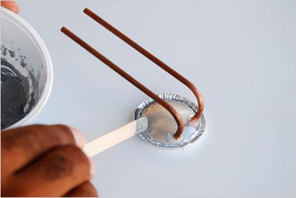 Déposer un cordon généreux de métal synthétique liquide