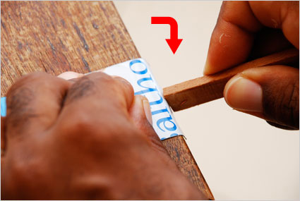 Pour réaliser les pattes de fixation, replier plusieurs fois la plaque sur 1cm