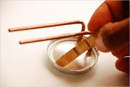 Enduire le rabat de colle avant de le plier