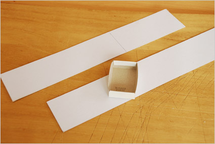 Découper 2 bandes de papier cartonné de 17cm x 5cm
