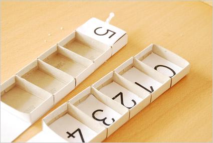 Coller la séquence des chiffres sur le fond des casiers