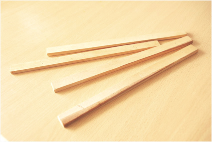 Pour les séparateurs des casiers, nous utilisons des réglettes en bois