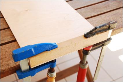 Puis assembler le premier tasseau sur le bord de la planchette