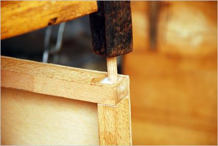 Enfoncer un tourillon pour renforcer l'assemblage par les angles