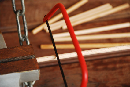 Scier soigneusement les tourillons en hêtre pour créer des fuseaux égaux
