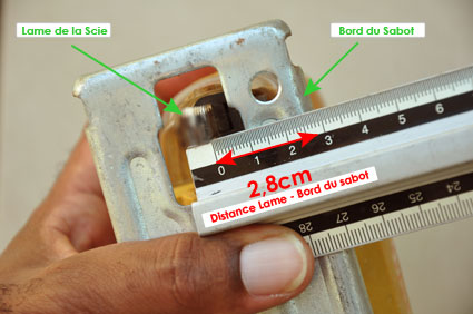 La réglette est positionnée suivant des mesures précises correspondant à la distance de la lame par rapport au bord du sabot de la scie sauteuse.