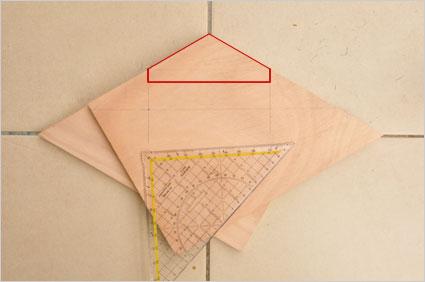 En utilisant des chutes appropriées, nous allons superposer deux planches et découper simultanément les deux parties identiques constituant le fermoir