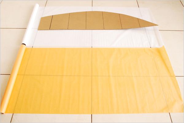 Nous déroulons nos rouleaux de papier de soie pour découper des bandes de 1m x 50cm