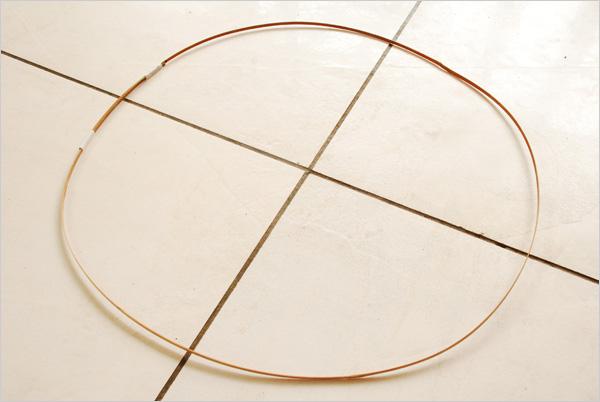 Sachant que chacun de nos 4 fuseaux mesure 35cm et en retirant 1cm à chaque panneau du fait des collages, on peut estimer notre circonférence à 136cm. Nous pouvons alors réaliser notre cerclage en bambou en prévoyant un chevauchement sur 10 à 20 cm. Nous maintenons le cerclage avec du scotch microporeux.