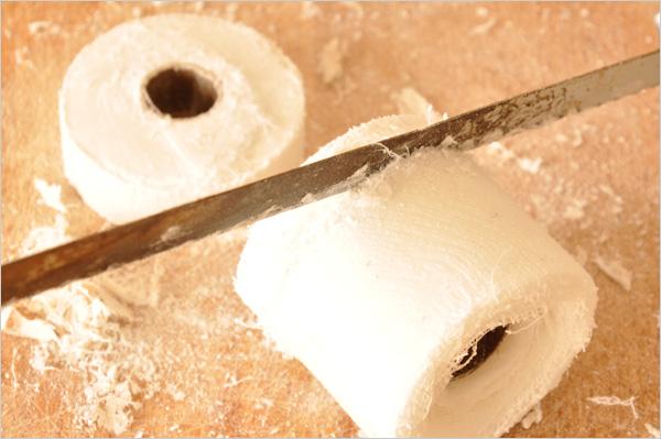 Avec une scie à métaux, nous découpons des palets de 1 cm d'épaisseur.