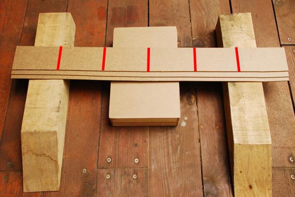 Ensuite, nous allons découper une série de rectangles d'environ 14x8,5cm sur nos trois bandes de Médium