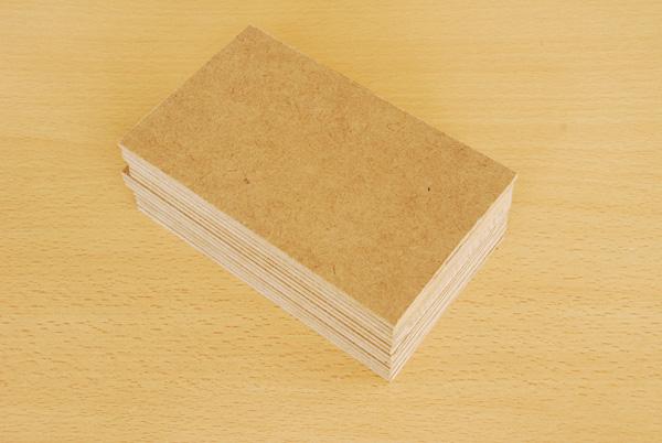 Nous obtenons alors une petite pile de plaques de Médium. De chacune de ces plaques, nous obtiendrons un triangle ; nous allons cependant traiter toutes les plaques en même temps afin que les triangles soient parfaitement identiques.