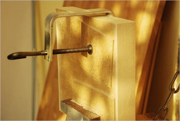 Nous empilons ces plaques pour les poncer afin d'uniformiser leur dimensions. Nous ponçons ainsi toutes les plaques jusqu'à ce qu'elles forment des carrés parfaits ; dans notre cas, les côtés ont ainsi été ramenés à 19,5 cm x 19,5 cm.