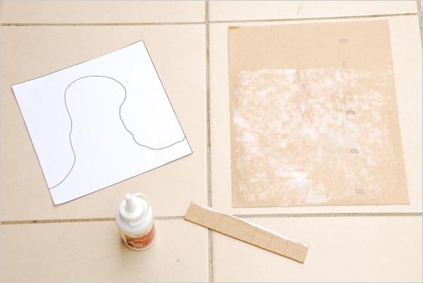 Nous collons ainsi toutes nos formes imprimées mesurant également 20 cm x 20 cm, sur l'envers des feuilles de papier de verre