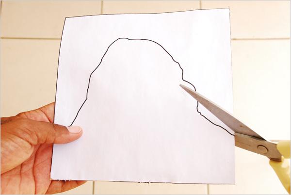 Après séchage complet, nous éliminons le surplus de papier de verre à l'aide d'une lame à découper et enfin, aux ciseaux, nous découpons méthodiquement nos formes.