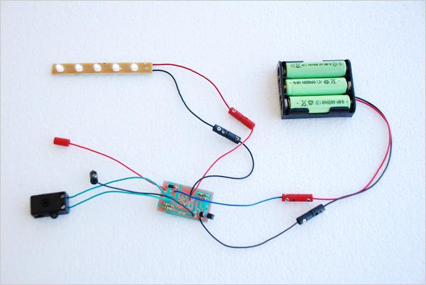 Avant de fixer notre installation à l'intérieur de la boîte, nous équipons soigneusement tous nos fils de petites prises et vérifions que tout fonctionne bien. Nous avons également installé un petit commutateur électrique, ici entre les deux fils verts.