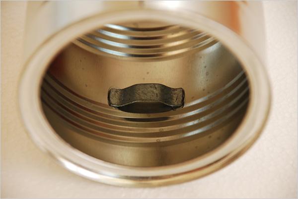 Avec de la colle Epoxy à prise rapide, nous fixons nos pattes métalliques sur les parois de notre boîte ; elles sont diamétralement opposées.