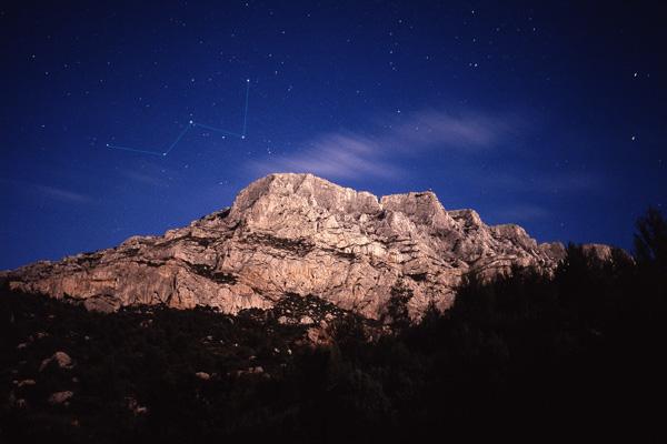 Constellation de Cassiopée au-dessus de la Montagne Sainte-Victoire