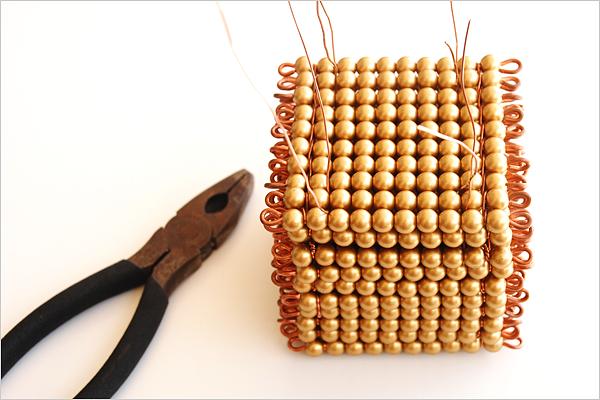 Serrage de attaches du cube de mille perles dorées