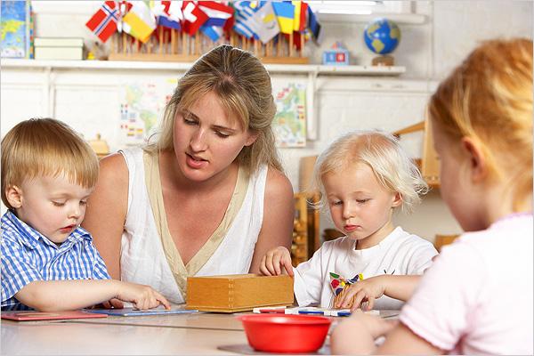 educatrice-montessori-et-enfants
