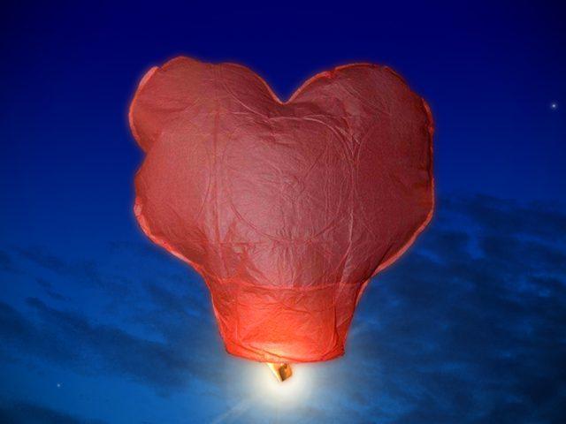 Fabriquer une Lanterne Volante : Modèle en Forme de Coeur