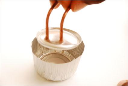 Coller la coupelle sur le fond du pot en aluminium