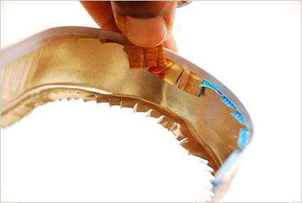 Rabattre les bords coupants de la conserve