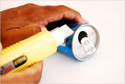 Découper la base ainsi que le haut d'une canette à boisson