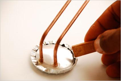 Replier soigneusement le rabat de 5mm de l'autre coté de la coupelle