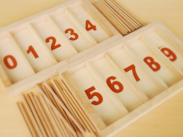 Construire une Boîte de Fuseaux Montessori : Modèle à Chiffres Rugueux
