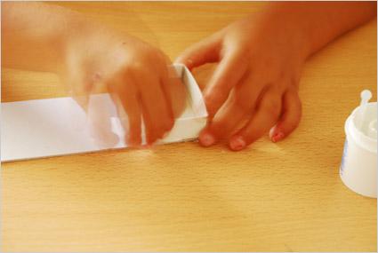 Coller le premier casier sur l'extrémité de la bande cartonnée