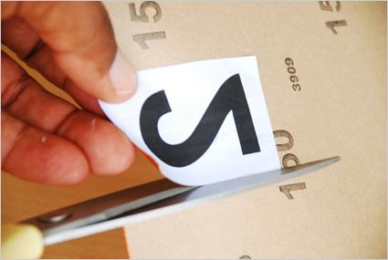 Coller les chiffres sur l'envers d'une feuille de papier de verre