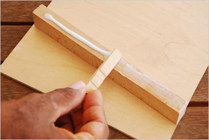 Appliquer de colle à bois sur un premier tasseau