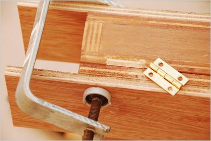 Puis nous posons les vantaux. Pour affiner les assemblages, nous pouvons -si nécessaire- réaliser des découpes au ciseau pour insérer un volet de charnière