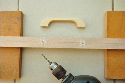 Nous commençons par percer les trous pour la fixation de la poignée sur une réglette de 40,5x3cm