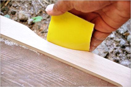 Sur une des plaques, nous réalisons une encoche pour faciliter la saisie des planches de Kamishibaï