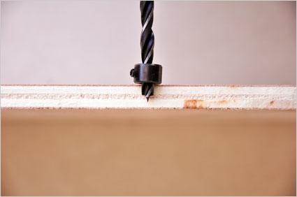 Avec l'aide d'un guide de profondeur, nous allons percer des trous aux extrémités de nos plaques pour pouvoir les assembler aux réglettes et ainsi constituer le coffret