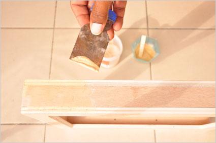Avec de la pâte à bois, nous reprenons toutes les imperfections du coffret et des matériaux