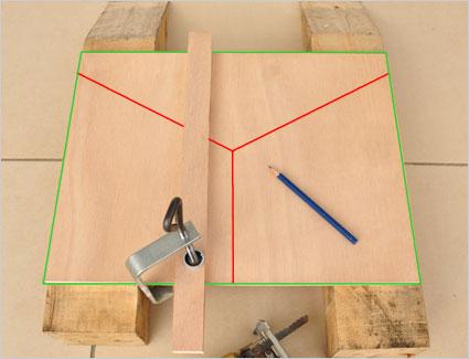 Pour obtenir une découpe droite et précise avec notre scie sauteuse, nous utilisons une simple réglette en bois qui va servir de guide pour la scie qui sera en butée contre cette réglette.