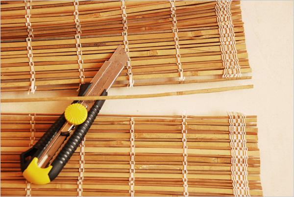 Dans un store récupéré en déchetterie, nous obtenons la tringle de bambou pour notre cerclage.