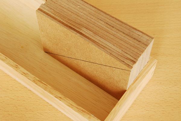 Avec l'aide d'un coffret en bois, nous ajustons très précisément la moitié de nos plaques ensemble.