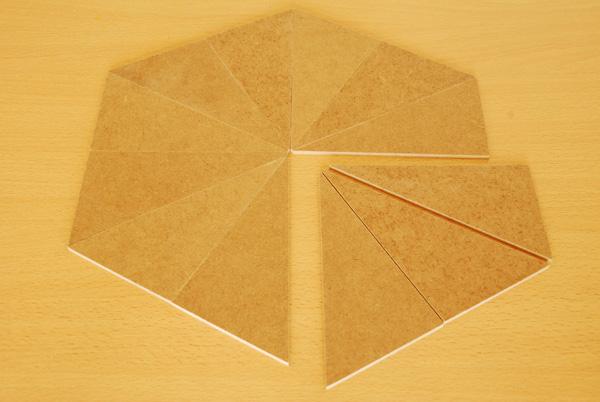 Et voilà le travail! Nous vérifions la conformité de nos pièces et si nécessaire, nous reconstituons notre sandwich pour affiner le ponçage. Il ne reste plus qu'à peindre et à vernir chacun des triangles.