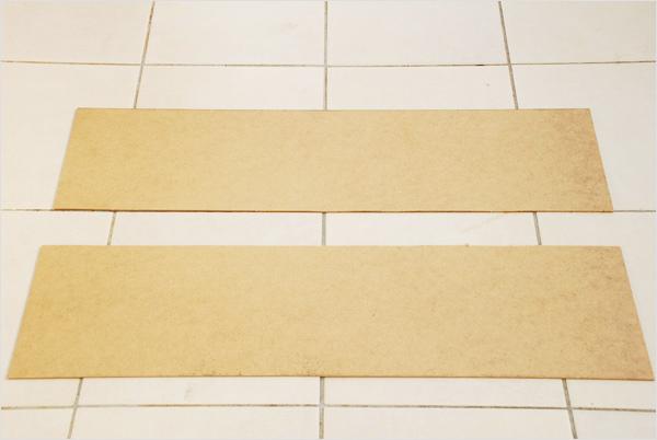 Nous commençons avec des panneaux de bois de médium desquels nous allons découper nos plaques de 20 cm x 20 cm