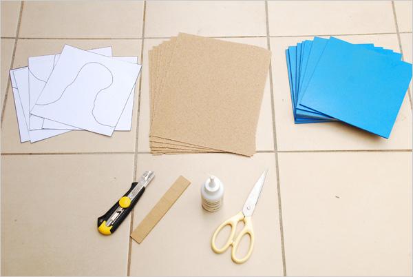 Après 24 heures de séchage, nous rassemblons nos différents éléments pour créer nos surfaces. Nous avons des feuilles de papier de verre de grain 40, ainsi que les détourages des formations géographiques imprimées sur papier. Ces détourages sont fournis dans la section Téléchargements
