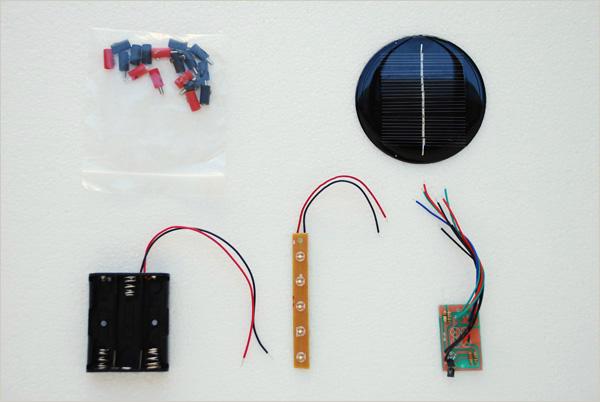 Voici notre Kit Solaire avec un mini panneau de 8cm de diamètre qui nous permettra de charger 3 piles AA 1,5v et alimenter une rangée de leds