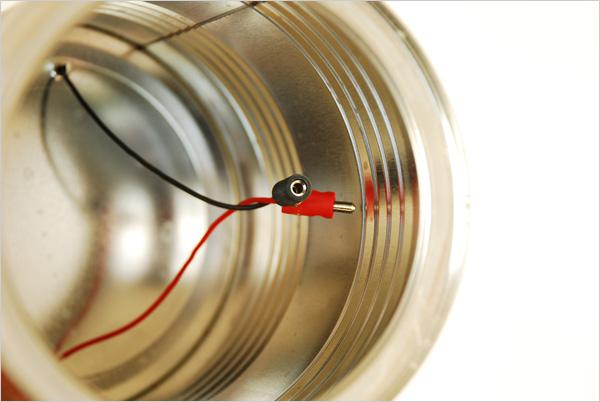 A l'intérieur de la boîte, nous équipons nos fils de petite prises pour permettre les branchements. Pour la facilité de nos manipulations, nous pouvons désouder les fils des polarités du capteur. Dans ce cas, il ne faudra pas le coller préalablement.
