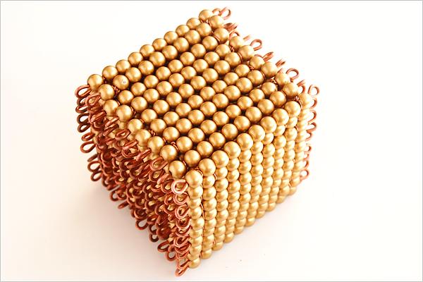 Cube de mille perles dorées