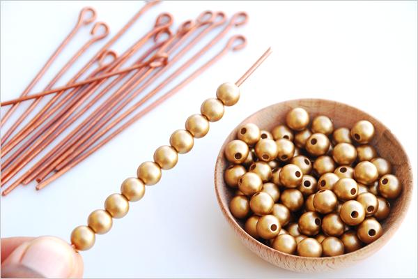 Enfilage des perles dorées