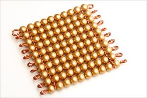 Plaque de cent de perles dorées