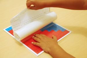 Application d'un film transparent sur les tables d'addition